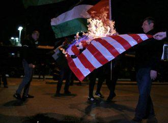 Μαζική κινητοποίηση προς την αμερικάνικη πρεσβεία